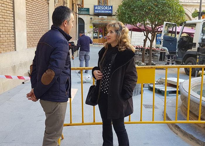 El Ayuntamiento instala cuatro antiguos bancos de piedra recuperados por canteros en la Plaza Deán Mazas