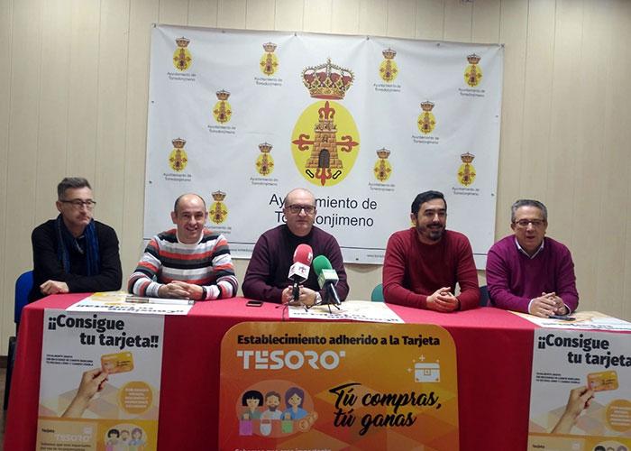 """El Ayuntamiento y la Asociación de Empresarios de Torredonjimeno ponen en marcha la tarjeta """"Tesoro"""""""