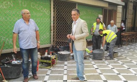 El Ayuntamiento pavimenta un tramo de acerado de la calle Pintor Francisco Baños para dotarla de mayor seguridad y accesibilidad