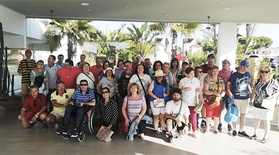 Cerca de una veintena de personas del Centro Ocupacional disfrutan con familiares y personal del centro de unas colonias