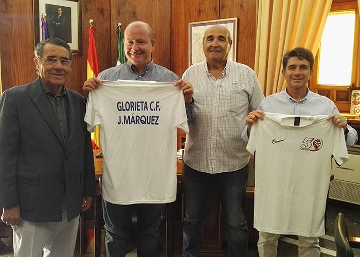 El alcalde en funciones recibe una camiseta con motivo del 50 aniversario de La Glorieta CF