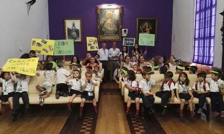 El Ayuntamiento recibe la visita de un grupo de escolares que pide ayuda para cuidar el medio ambiente