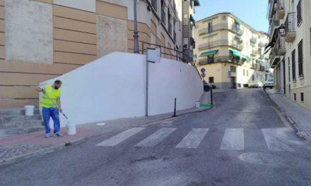 El Ayuntamiento acomete trabajos de pintura en muretes, escalinatas y cantones para el embellecimiento de los barrios