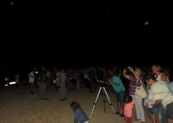 Unas 200 personas participan en la observación astronómica organizada entre el Ayuntamiento y Hubble