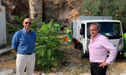 El Ayuntamiento retira y limpia los residuos de un vertedero «incontrolado» en el barrio de Antonio Díaz