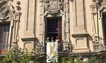 Un lazo dorado como símbolo de esperanza para los niños con cáncer cuelga de la fachada del Ayuntamiento de Jaén