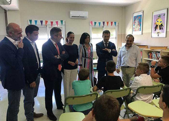 El alcalde brinda el trabajo municipal a la comunidad educativa y las administraciones para el mantenimiento de los colegios