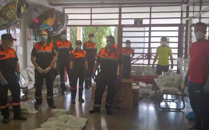 Protección Civil de Jaén reparte entre los escolares sus libros y materiales para poder seguir las clases en casa