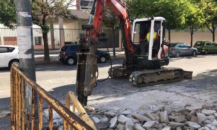 El Ayuntamiento inicia las obras de reparación del acerado en la calle Felipe Oya Rodríguez que causaba afecciones desde hace años a edificios de la zona