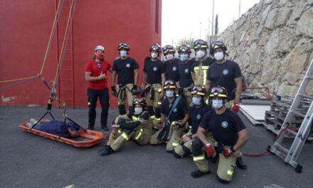 Bomberos participan en un curso de rescate en altura