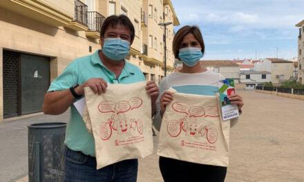 Reparto de bolsas de tela en Martos a favor de la reducción en la generación de residuos