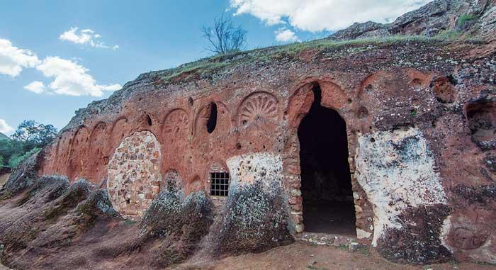 Oratorio rupestre de Valdecanales (Rus)