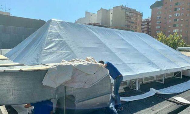El Ayuntamiento de Jaén culmina la colocación del nuevo toldo en las claraboyas del pasillo central del Mercado de Peñamefécit